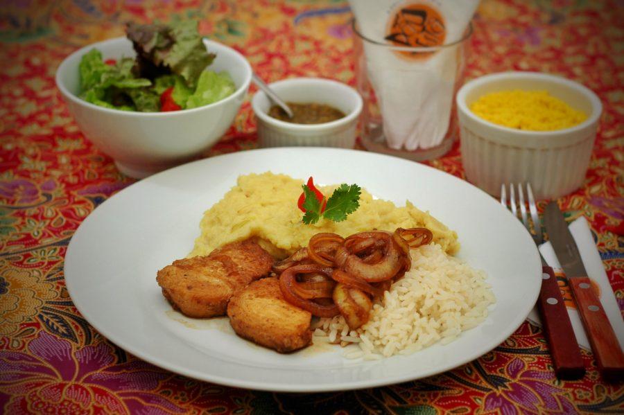 Na quarta é Peixe Frito, Arroz, Purê de Batata Doce e Salada.